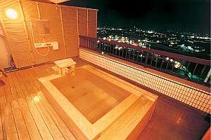 人気の露天付客室。街の夜景を一望檜風呂タイプ