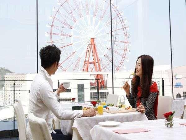 【朝食】観覧車を眺めながらの明るい空間...