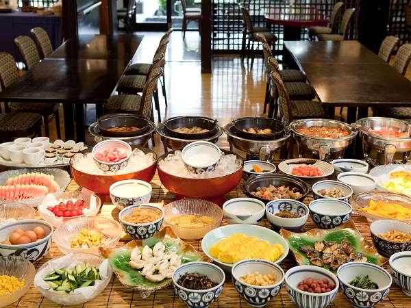 【朝食】「九州バイキング」。料理長が実際に食べ歩いて厳選した約60種類の料理がズラリ!