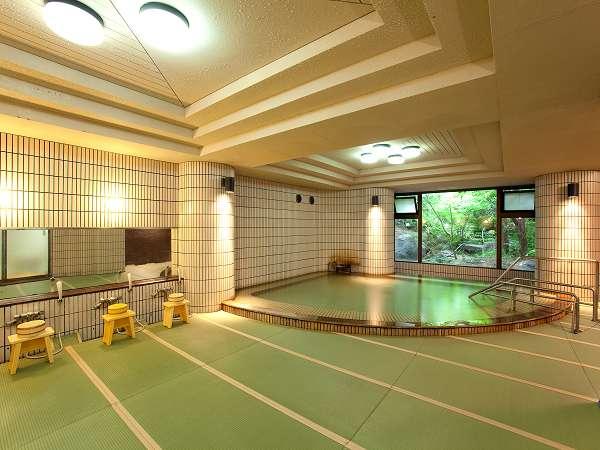 【館内浴場・月の湯】素肌に心地よい畳とトロリとした泉質の温泉が人気です。