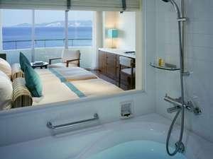 ANAインターコンチネンタル万座ビーチリゾート:窓の外の景色を楽しみながらからのバスタイムでリラックスと癒しを(客室内バスルームより)