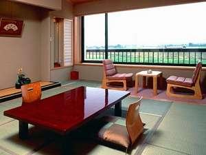 快適な数奇屋風和室。窓からの眺めも堪能できます!