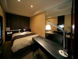 新宿ワシントンホテル新館のスーペリアシングルは部屋もベッドも広く、加湿器付きがうれしい